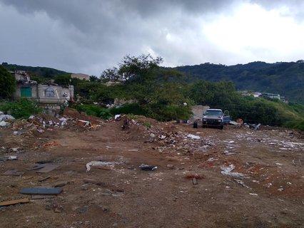 Una camioneta blanca, fue encontrada tirando escombros en en Brisas de la Primavera, sobre la vía pública.