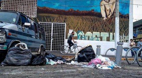 A fuera del mercado la gente suele depositar todo tipo de basura, ramas, ropa, sillones, escombros. Todo lo abandonan por la noche o madruga.