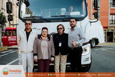 Alcaldesa y equipo de trabajo entregando las nuevas unidades para la recolección de residuos