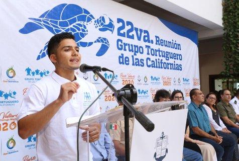 Mauricio Ríos de la Prepa Josefina Chavez dando un discurso sobre la tortuga marina.